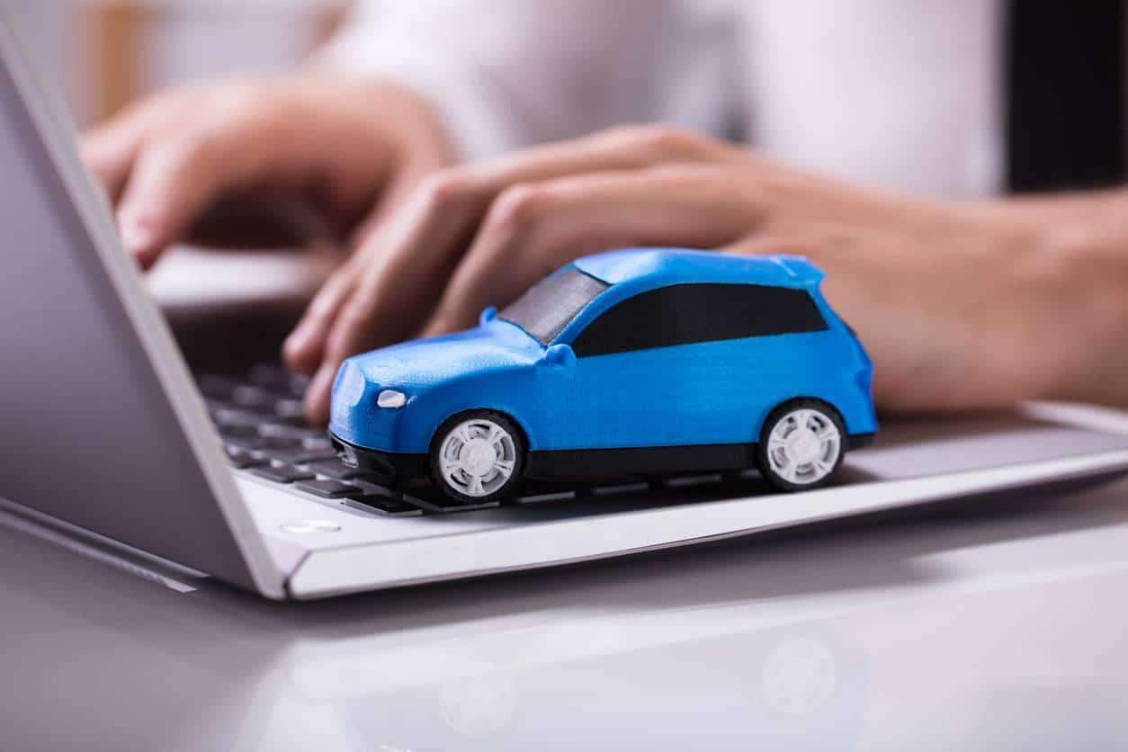 Un internaute sur le site d'un comparateur d'assurance auto